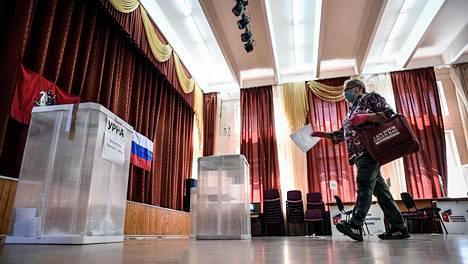 Kasvosuojusta koronaviruspandemian vuoksi käyttänyt nainen antoi maanantaina Moskovassa äänensä perustuslakimuutoksesta, joka mahdollistaa muun muassa sen, että presidentti Vladimir Putin voi asettua uudelleen ehdolle vuoden 2024 presidentinvaaleissa.