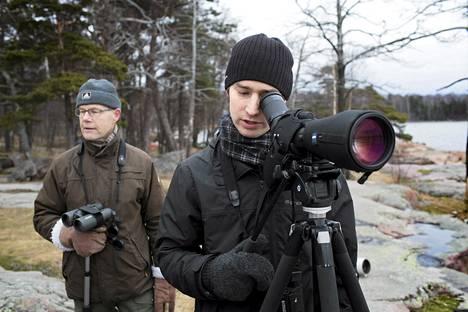 Ville Wallinmaa, 28, tarkkaili telkkiä isänsä Leo Wallinmaan, 61, kanssa Lauttasaaressa torstaina.