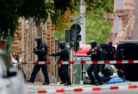 Poliiseja Hallen synagogan ulkopuolella, jossa tapahtui kahden ihmisen hengen vaatinut antisemitistinen isku viime lokakuussa.