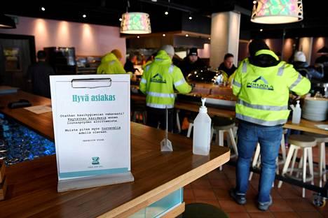 Ihmiset kävivät vielä viime viikon tiistaina lounaalla ravintola Zillassa Vantaan Tikkurilassa.