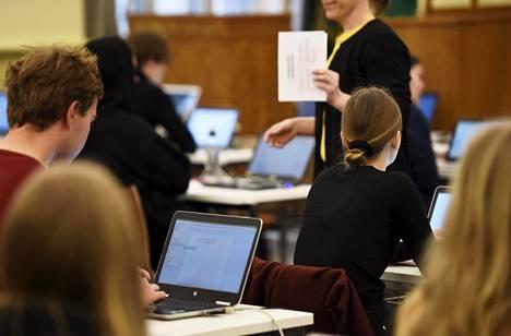 Myös karanteenissa olevien on mahdollista osallistua ylioppilaskokeisiin tietyin järjestelyin, tiedottaa THL. Kuvassa ylioppilaskokelaita viime vuoden maaliskuussa juuri ennen äidinkielen lukutaidon koetta Ressun lukiossa Helsingissä.