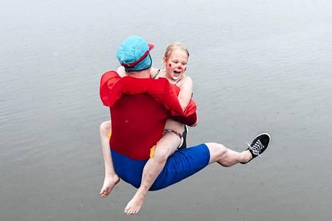 Taneli ja Kaneli Solmu eli Jussi ja Pinja Polkko hyppäävät Beibi käts -hypyn.