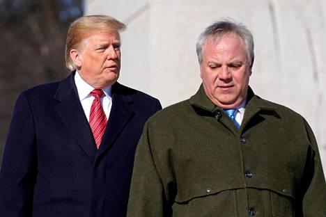 Presidentti Donald Trump ja sisäministeriksi nouseva David Bernhardt Washingtonissa 21. tammikuuta.