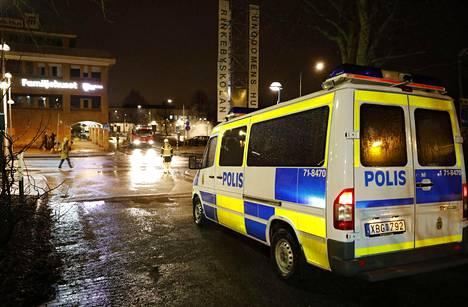 Pelastustustyöntekijöitä ja poliisi tapahtumapaikalla Tukholman Rinkebyssä maanantaina.