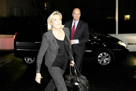 Kansallisen rintaman puheenjohtaja Marine Le Pen saapumassa puoluetoimistolle Nanterressa sunnuntai-iltana.