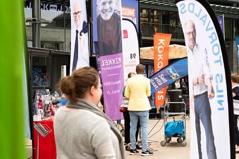 Puolueet kampanjoivat maanantaina Helsingin Narinkkatorilla.