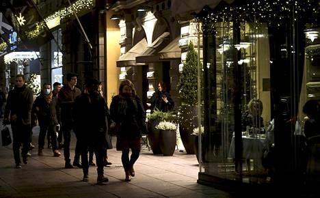 Moni halajaa muiden ihmisten keskuuteen: kahviloihin, ravintoloihin, shoppailemaan. Kuva on Helsingin keskustasta.