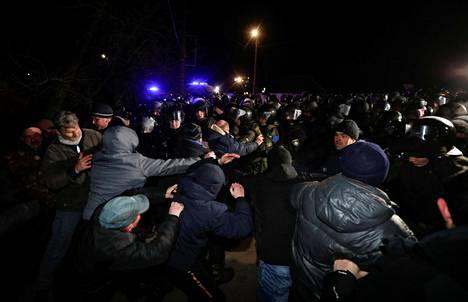 Mielenosoittajat ottivat yhteen poliisien kanssa Novi Sanžaryssa torstaina.