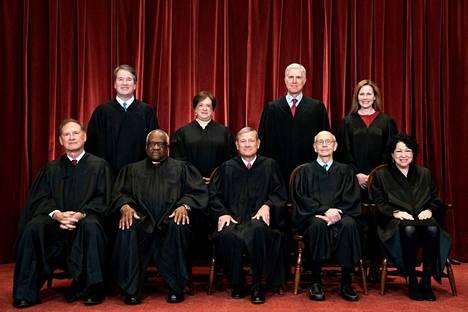Yhdysvaltain korkeimman oikeuden jäsenet vasemmalta ylhäältä alkaen: Brett Kavanaugh, Elena Kagan, Neil Gorsuch, Amy Coney Barrett, Samuel Alito, Clarence Thomas, John Roberts, Stephen Breyer ja Sonia Sotomayor.