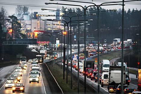 Joulun pyhät aiheuttavat ruuhkia suurimmilla teillä. Kehä III:sen liikennettä joulukuussa 2008.