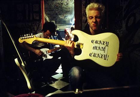 Tehosekoitin soitti Tavastialla heinäkuussa 1999. Kuvassa kitaristit Arska Tiainen (takana) ja Matti Mikkola kuulussa takahuoneessa.