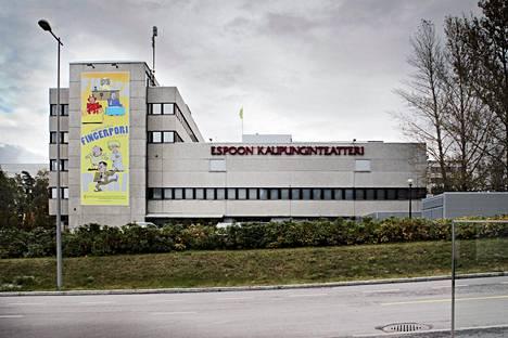 Espoon kaupunginteatteri järjestää näytöksiä sekä Revontulihallissa että Espoon kulttuurikeskuksessa. Kaksi eri sijaintia sekoittavat entisestään katsojien suunnistamista oikeaan paikkaan.