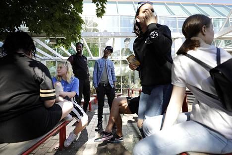 Lissel Riispapp (vas), Iida Silvennoinen, nuoriso-ohjaaja Omar Abdi, Harun Abdiqadir Mohamed, Jonna Savilaakso ja Kiia Markkula juttelivat juhannuksen tapahtumista kulttuurikeskus Stoan edessä.
