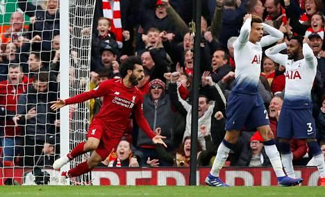 Liverpoolin Mohamed Salah juhli Tottenhamin Toby Alderweireldin omaa maalia, jolla Liverpool otti täydet sarjapisteet.