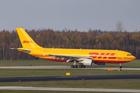 Pandemia on kurittanut matkustajaliikennettä, mutta kuriiripalveluille on ollut paljon kysyntää. Kuvassa DHL:n kone lähdössä Hollannista joulun alla. DHL on osa saksalaista Deutsche Postia.