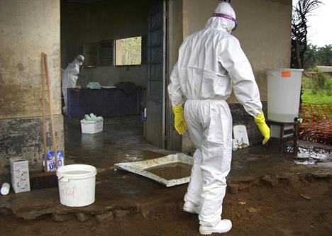 Sairaanhoitajat työskentelivät suoja-asuissa Ebola-alueella väliaikaisella klinikalla Lääkärit ilman rajoja yhdistyksen tiloissa Kampungun kylässä 700 kilometriä Kinshasasta itään. Kuva on vuodelta 2007.