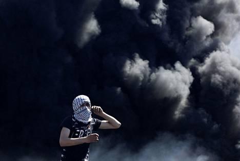 Palestiinalainen mielenosoittaja haastoi israelilaisjoukkoja Nablusin kaupungin lähistöllä Länsirannalla tiistaina.