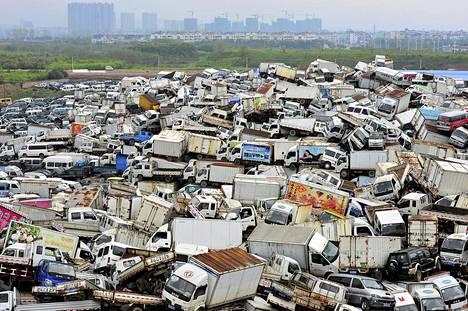 Läjä autoja odottaa romuttamista Jiwun kaupungissa Kiinassa. Jiwussa aiotaan päästä eroon 22 000 korkeapäästöisestä autosta kuluvan vuoden aikana.