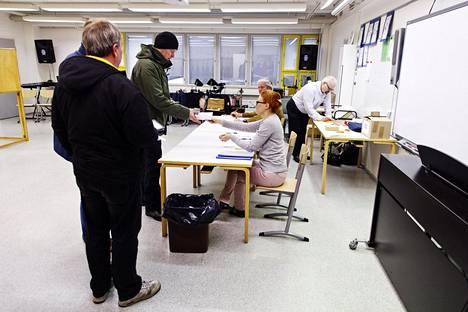 Kuntavaalien varsinainen vaalipäivä on 13. kesäkuuta. Kuvassa äänestäjiä Espoossa edellisissä kuntavaaleissa 2017.