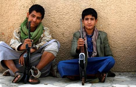 Nuoret houthi-militantit istuivat kadulla Jemenin Sanaassa keskiviikkona. Houthikapinalliset syrjäyttivät vuosi sitten keväällä Jemenin epäsuositun presidetin Abd Rabbo Mansour Hadin.