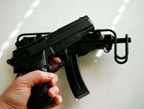 Kuvassa olevien aseiden kaltaisia muovikuula-aseita on poliisin mukaan vaikea erottaa aidoista.