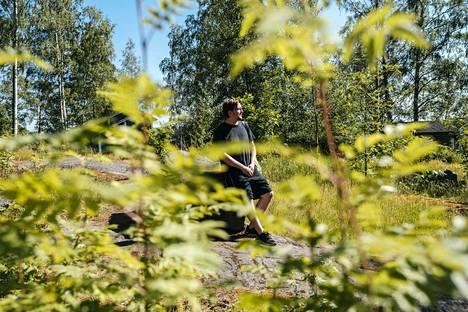Henrik Nyholmin juhannusperinne on ollut kymmenen vuoden ajan pystyttää kokko Kivinokkaan. Tänä vuonna virusriskin takia perinne katkeaa.