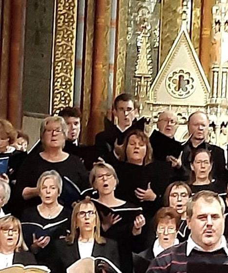 Mozartin Requiemin esitys Budapestin Matiaksenkirkossa 9. marraskuuta. Kirjoittaja keskellä.