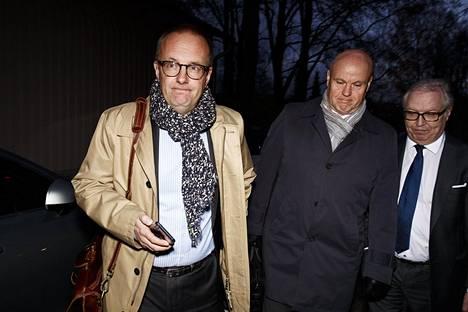 SAK:n puheenjohtaja Jarkko Eloranta, toimihenkilökeskusjärjestö STTK:n puheenjohtaja Antti Palola ja Akavan puheenjohtaja Sture Fjäder poistumassa pääministerin virka-asunnolta Kesärannasta Helsingissä torstaina.