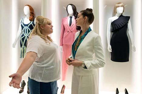 Rebel Wilson (vas.) ja anne Hathaway The Hustle -komedian pääosissa.