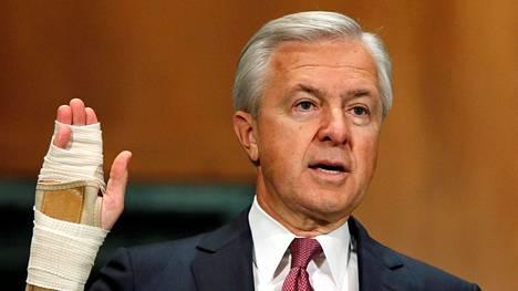 Wells Fargon toimitusjohtaja John Stumpf piti vielä sinnikkäästi kiinni työpaikastaan vastatessaan Yhdysvaltojen senaatin pankkikomitean syytöksiin syyskuussa.