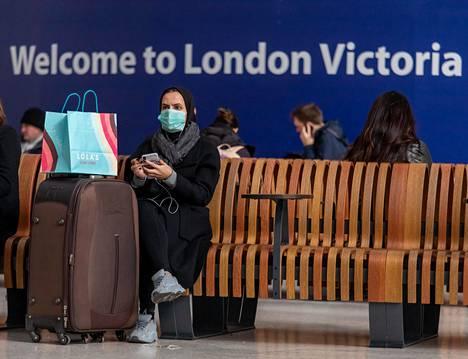 Matkustajat odottivat junan lähtöä Lontoon Victorian juna-asemalla torstaina.