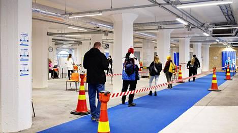 Riskiryhmään kuuluvat ihmiset jonottivat keskiviikkona Helsingin Jätkäsaaressa pisteelle, jossa tarkastetaan heidän oikeus rokotukseen.