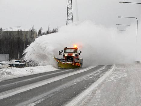 Aura-autot pöllyttivät pakkaslunta laskiaissunnuntain lumipyryn jälkeen. Kuva on lukijan ottama.