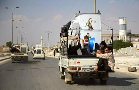 Perhe pakenee koko omaisuus mukanaan Aleppon kaupungista torstaina.