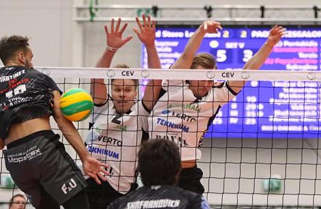 VaLePan Urpo Sivula (keskellä) ja Markus Kaurto torjuivat Ramon Martinezin iskun.