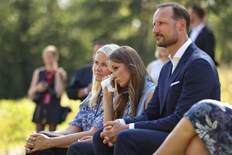 Kruununprinsessa Mette-Marit (vas.), prinsessa Ingrid Alexandra ja kruununprinssi Haakon osallistuivat Utøyan saarella järjestettyyn muistotilaisuuteen torstaina.