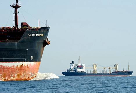 Tankkeri Baltic Ambition ja rahtilaiva Sea Enterpriser Suomenlahdella heinäkuussa 2014.
