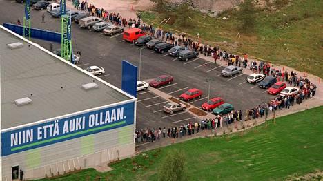 Gigantti on kodinkonekaupan suurin toimija. Vantaan Gigantin avajaisissa syyskuussa 1999 tavarataloon riitti jonottajia.