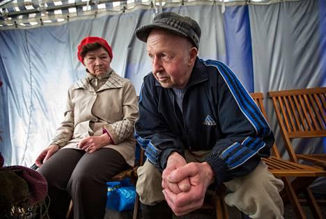 """Naapurukset Maija Laukkanen, 73, ja Valto Karhunen, 73, olivat keskiviikkona kahvilla Pielaveden torilla. """"Valtionosuuksia ei saisi leikata enää ollenkaan, täällä ollaan muutenkin tiukoilla"""", Karhunen sanoo. """"Kuntalaiset siinä kärsivät"""", Laukkanen toteaa."""