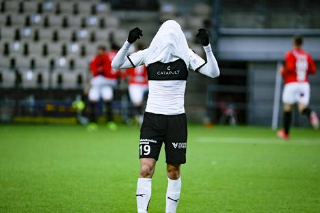 Hakan Maximus Tainio purki pettymystä. Taustalla HIFK juhli toista maaliaan.