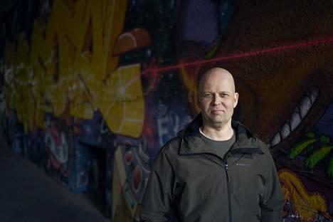 Niko Rantsi kertoo dekkarissaan poliiseista, jotka ovat arkisia perheenäitejä ja -isiä.
