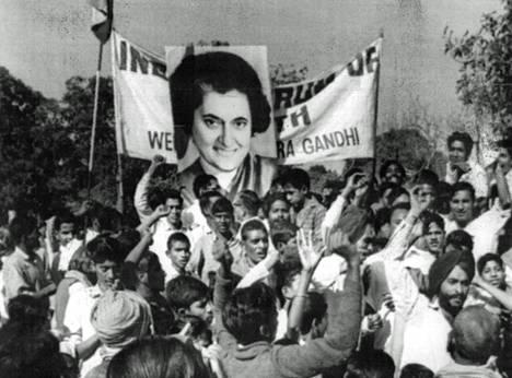 Intian kongressipuolueen parlamenttiryhmän antaessa luottamuslauseensa pääministeri Indira Gandhille julistivat parlamenttirakennuksen ympärille kokoontuneet mielenosoittajat myös kannattavansa puolueestaan erotettua pääministeriä.