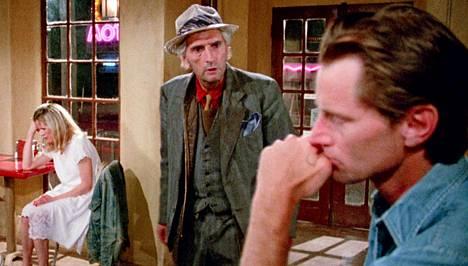 Näyttelijöiden liikkeet on sommiteltu taidokkaasti. Kuvassa Kim Basinger (May), Harry Dean Stanton (Old Man) ja Sam Shepard (Eddie).