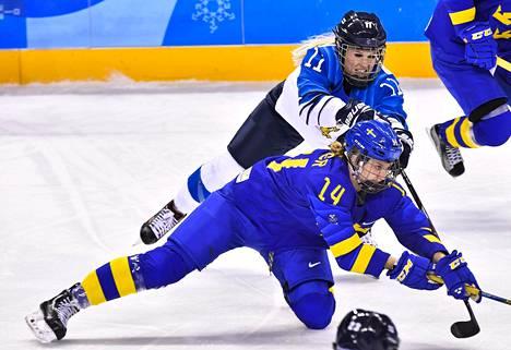 Suomen Annina Rajahuhta ja Ruotsin Sabina Kuller taistelivat kiekosta puolivälieräottelun ensimmäisessä erässä Pyeongchangin olympialaisissa lauantaina.