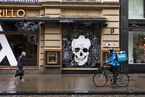 Ruokalähetti pyöräilemässä Helsingin keskustassa.