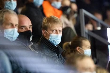 Tapparan urheilujohtaja Jukka Rautakorpi (kesk.) on ollut seuran koronavirusskandaalin keskiössä. Kuva 13. marraskuuta 2020 pelatusta paikallisottelusta.