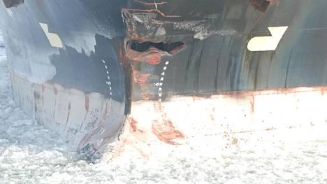 Edellä kulkeneeseen alukseen törmännyt rahtilaiva sai keulaansa reiän.