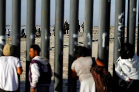 Siirtolaiskaravaanin mukana kulkeneet väliamerikkalaiset saapuivat Yhdysvaltain rajalle tiistaina.