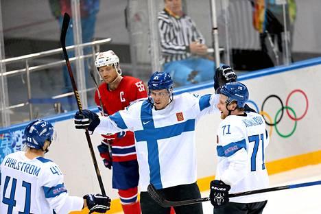 Suomen Jori Lehterä tuuletti tekemään maalia, joka oli Suomelle kolmas.