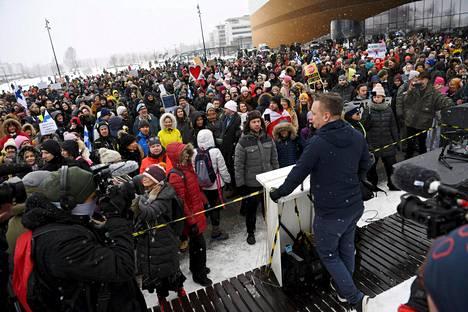 Lauantain koronarajoituksia vastustavassa mielenosoituksessa ei juuri näkynyt maskeja.